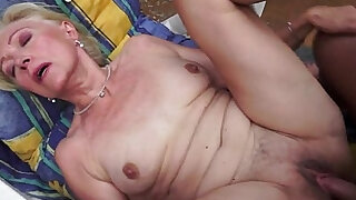 sexy video: Trimmedpussy cougar orally pleasured