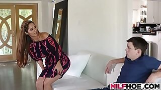 sexy video: Beautiful MILF Mercedes Trungs For a Service